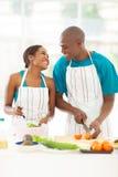 Pares que preparam a salada Foto de Stock Royalty Free