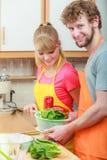 Pares que preparam a salada do alimento dos legumes frescos Fotografia de Stock