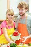 Pares que preparam a salada do alimento dos legumes frescos Fotos de Stock Royalty Free