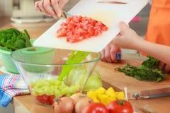 Pares que preparan la ensalada de la comida de las verduras frescas Imágenes de archivo libres de regalías