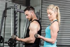 Pares que presentan con pesas de gimnasia Fotografía de archivo