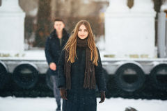 Pares que presentan en un parque nevoso Foto de archivo