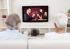 Pares que prestam atenção à televisão romântica Imagem de Stock Royalty Free