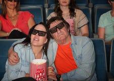 Pares que prestam atenção ao filme 3D imagens de stock royalty free