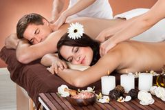 Pares que reciben masaje del hombro en el balneario Fotos de archivo libres de regalías