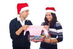 Pares que reciben noticias asombrosamente en la Navidad imagen de archivo libre de regalías