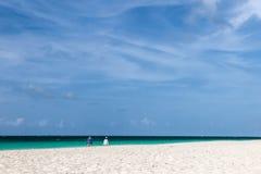 Pares que recorren en la playa Imagenes de archivo