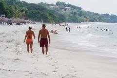 Pares que recorren en la playa Fotografía de archivo
