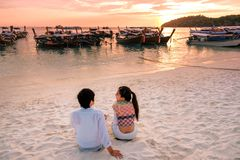Pares que relajan la puesta del sol hermosa en Koh Lipe Beach Thailand, vacaciones de verano imagenes de archivo