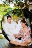 Pares que relaxam ao ar livre Imagem de Stock