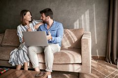 Pares que relaxam em Sofa With Laptop Amor, felicidade, pessoa e fotos de stock