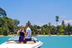 Pares que relaxam em um barco fotos de stock royalty free