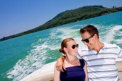Pares que relaxam em um barco fotos de stock