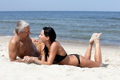 Pares que relaxam na praia Fotos de Stock Royalty Free