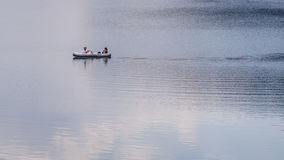 Pares que relaxam no lago fotos de stock royalty free