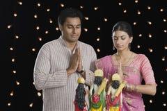 Pares que ruegan en Diwali Fotografía de archivo libre de regalías