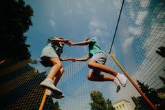 Pares que saltan en el trampolín en el parque Imagen de archivo