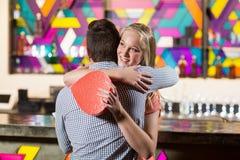 Pares que se abrazan mientras que sostiene el regalo Fotografía de archivo libre de regalías