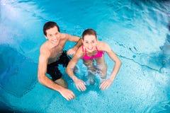Pares que se bañan en piscina Imagen de archivo
