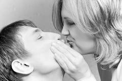 Pares que se besan, día de tarjeta del día de San Valentín Fotografía de archivo