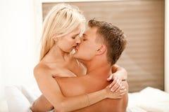 Pares que se besan de los jóvenes Imagen de archivo libre de regalías