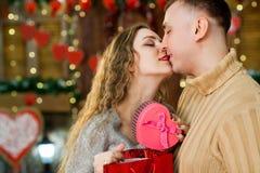 Pares que se besan el día del ` s de la tarjeta del día de San Valentín Fotografía de archivo