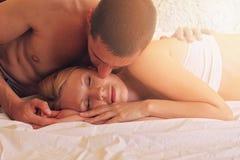 Pares que se besan en cama Amor, sexo, Foreplay, relación, concepto de la dulzura Imágenes de archivo libres de regalías