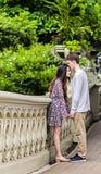 Pares que se besan en Central Park Fotos de archivo libres de regalías