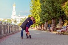 Pares que se besan en la calle Foto de archivo libre de regalías