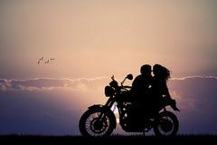 Pares que se besan en la moto ilustración del vector