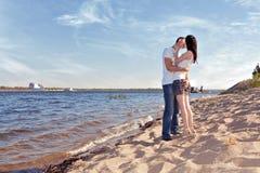 Pares que se besan en la playa Foto de archivo libre de regalías