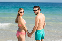 Pares que se colocan en la playa Imagen de archivo libre de regalías