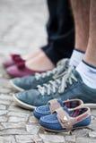 Pares que se colocan a lo largo de los pequeños zapatos imágenes de archivo libres de regalías