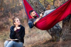 Pares que se divierten en comida campestre foto de archivo libre de regalías