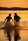 Pares que se ejecutan en el lago Imagen de archivo