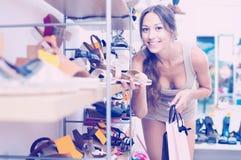 Pares que se ocupan de la mujer de zapatos Imagen de archivo libre de regalías