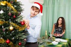 Pares que se preparan para celebrar la Navidad Fotografía de archivo libre de regalías
