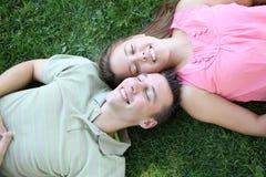 Pares que se reclinan en el parque Imagen de archivo libre de regalías
