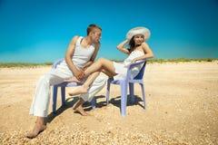 Pares que se reclinan sobre la playa Imagenes de archivo