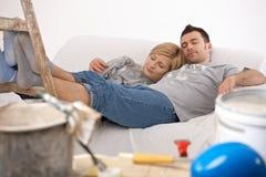 Pares que se relajan después de pintar Foto de archivo libre de regalías