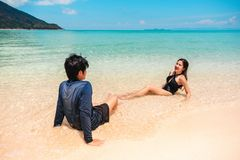 Pares que se relajan el vacaciones de verano de la playa imagen de archivo