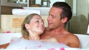 Pares que se relajan en baño junto metrajes