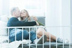 Pares que se relajan en cama Imagen de archivo
