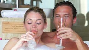 Pares que se relajan en el baño que bebe a Champagne Together almacen de video