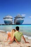 Pares que se relajan en la playa Imagen de archivo libre de regalías