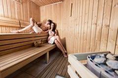 Pares que se relajan en la sauna Fotos de archivo