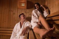 Pares que se relajan en la sauna foto de archivo libre de regalías