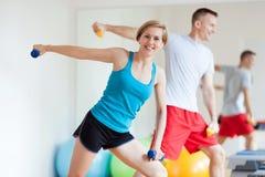 Pares que se resuelven con pesas de gimnasia Foto de archivo libre de regalías
