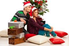 Pares que se sientan cerca de árbol de Navidad imagen de archivo libre de regalías