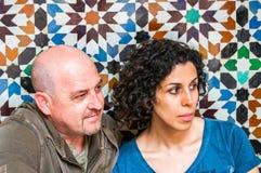 Pares que se sientan con el mosaico árabe Fotos de archivo